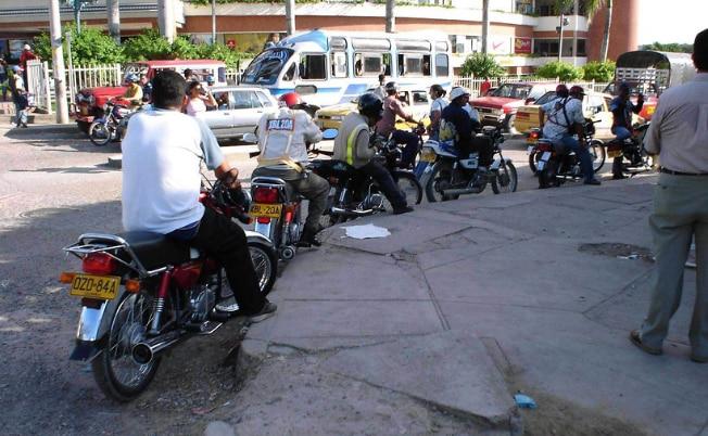MOTOTAXISMO PONE EN JAQUE AL TRANSPORTE LEGAL EN VARIAS CIUDADES DEL PAÍS