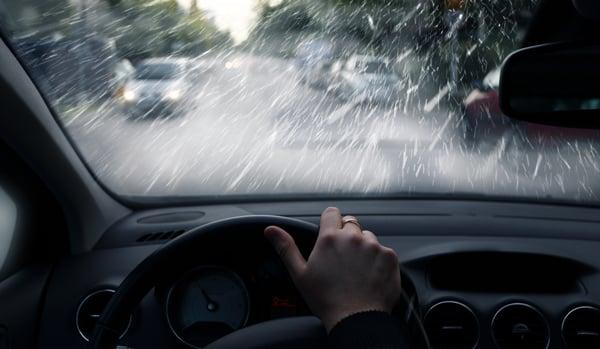 Conducir bajo la lluvia aumenta el riesgo en las vías